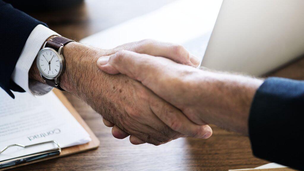 Podání rukou dvou byznysmenů