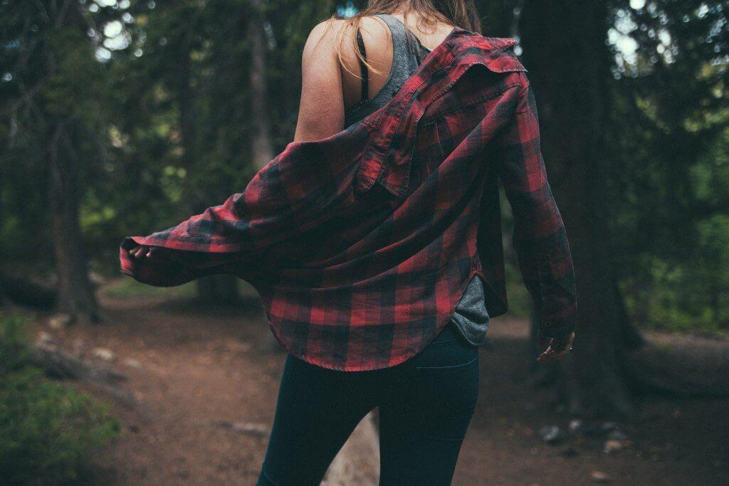 Dívka v kostkované košili a džínách, casual dress code