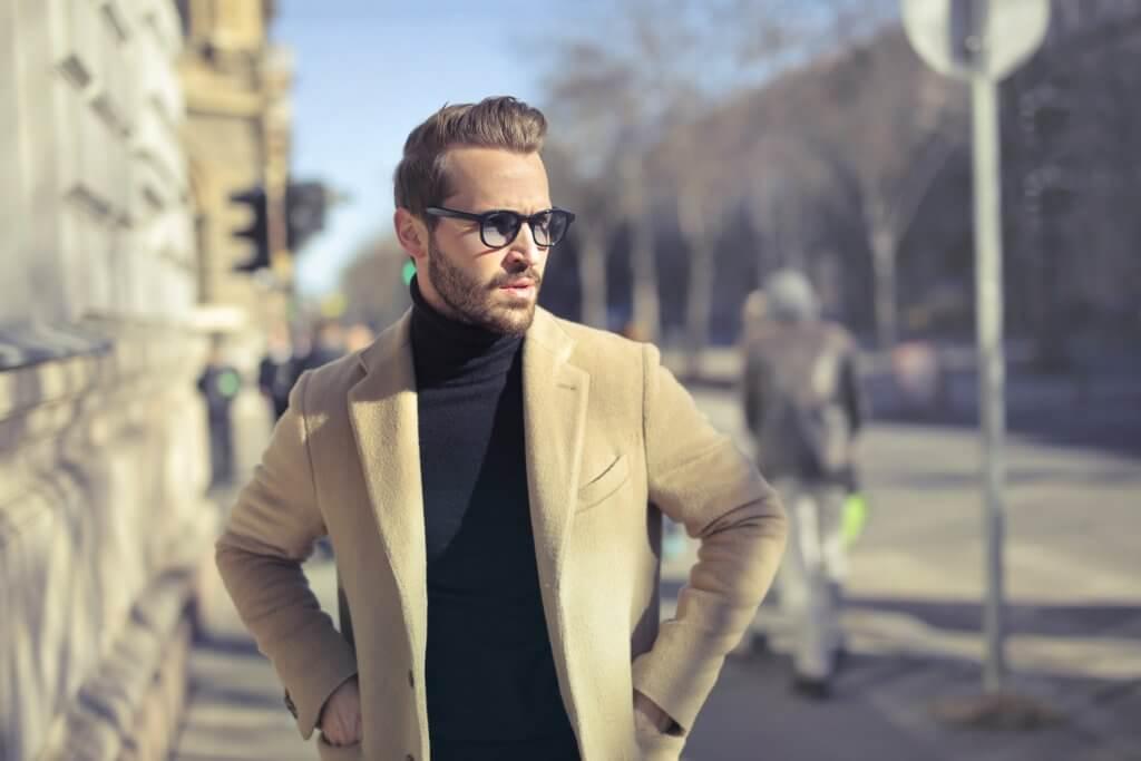 Muž s rolákem a sakem – smart casual dress code