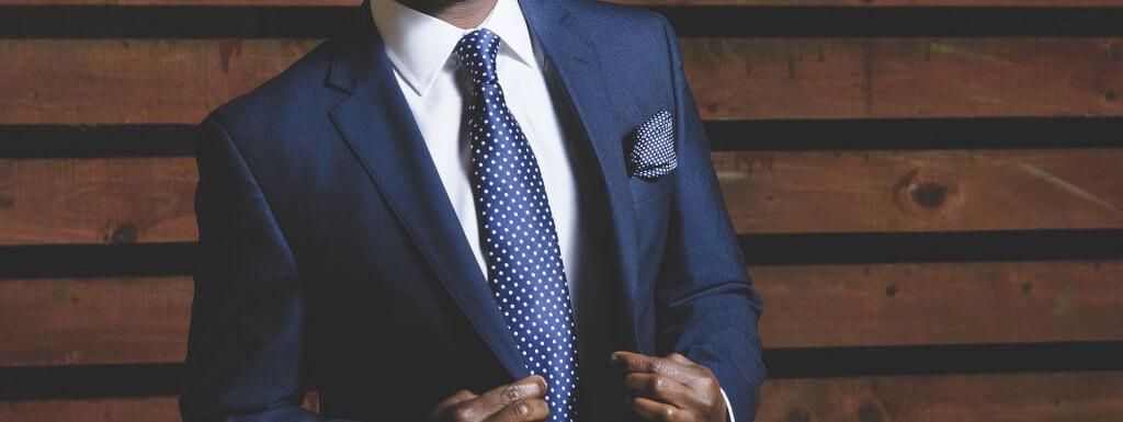 Muž v modrém obleku a kravatě – odlehčený formal dress code